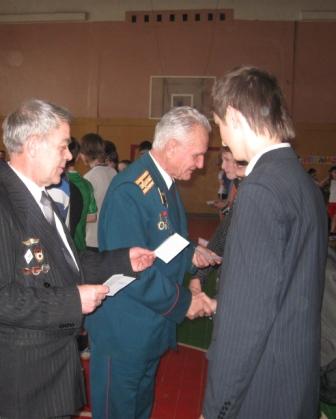 Ясинский Константин Максимович и Примак Анатолий Иосифович вручают удостоверения призывника.